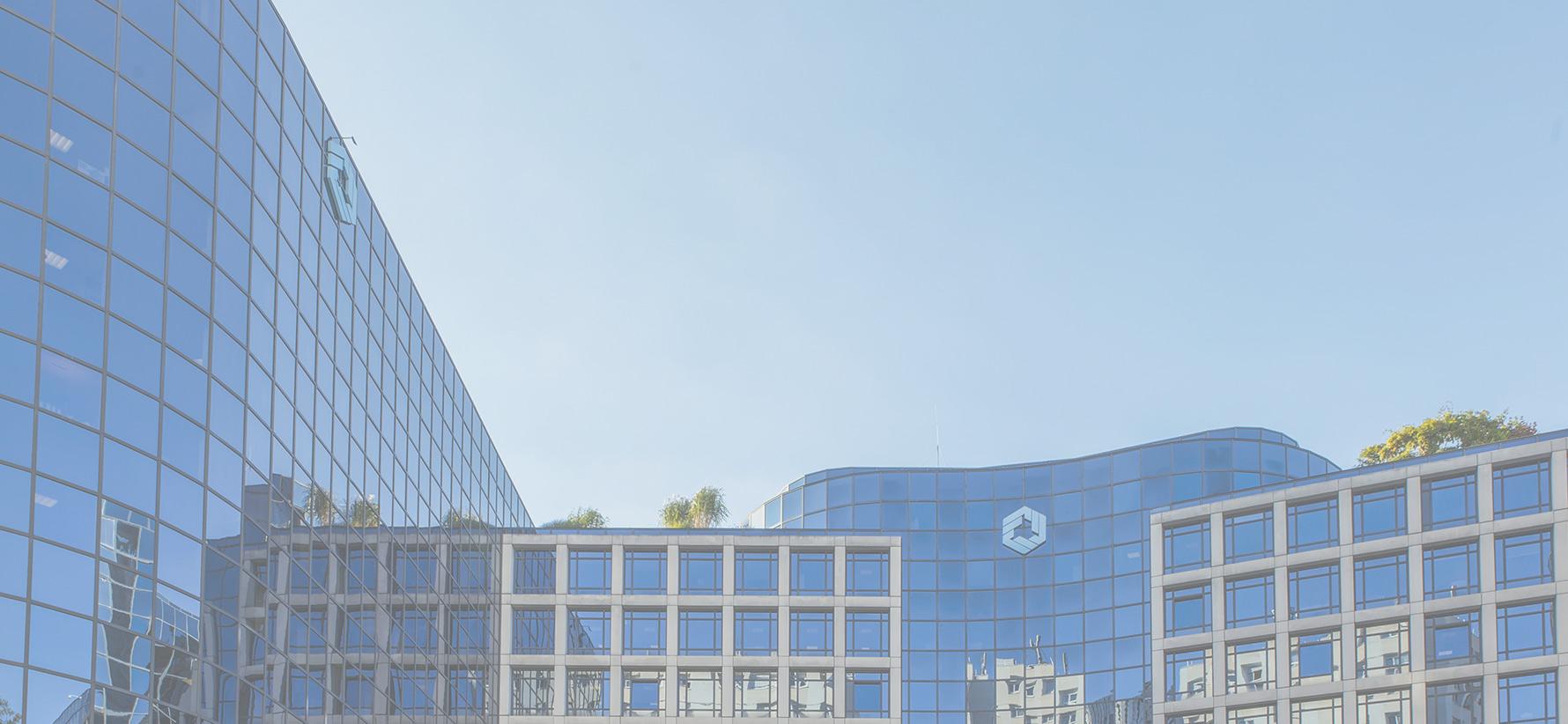 immeuble de l'AGMM en verre avec le logo de la FIM